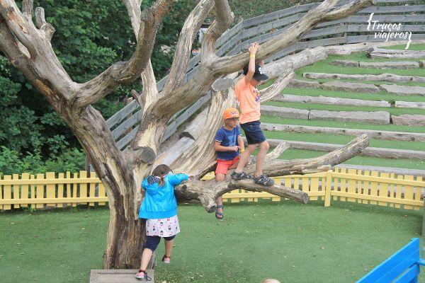 Niños jugando en el parque de Astrid Lindgren Pipi Calzaslargas