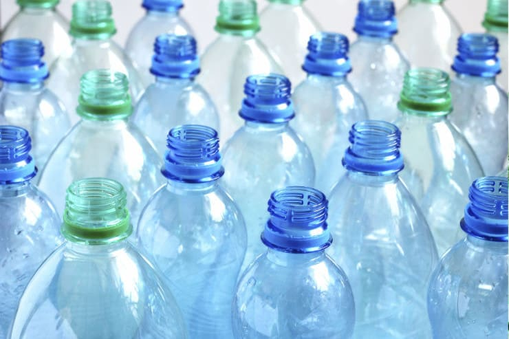 blue-and-green-plastic-bottles-resized-740x493.jpg (740×493)