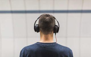 Man med hörlurar