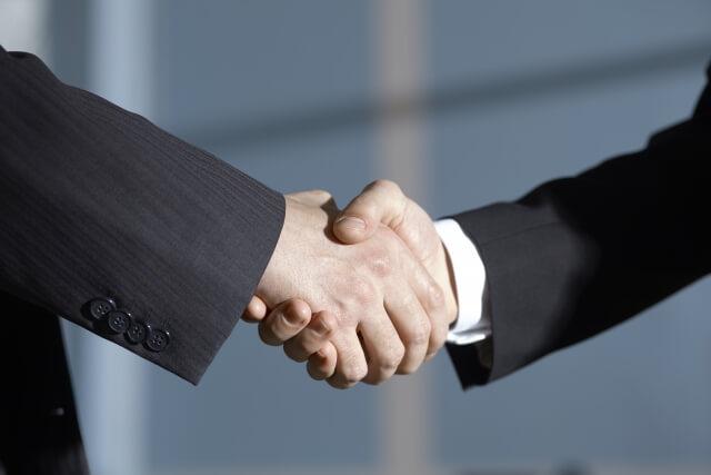 契約で握手