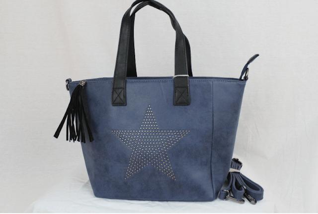 bolso azul con tachuelas mostrando estrella