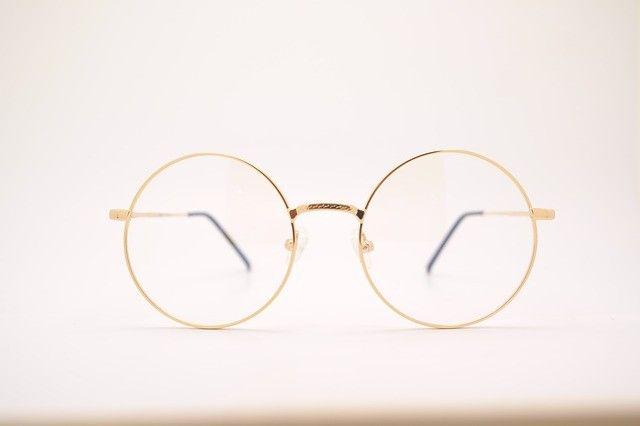 gafas doradas y ojeras