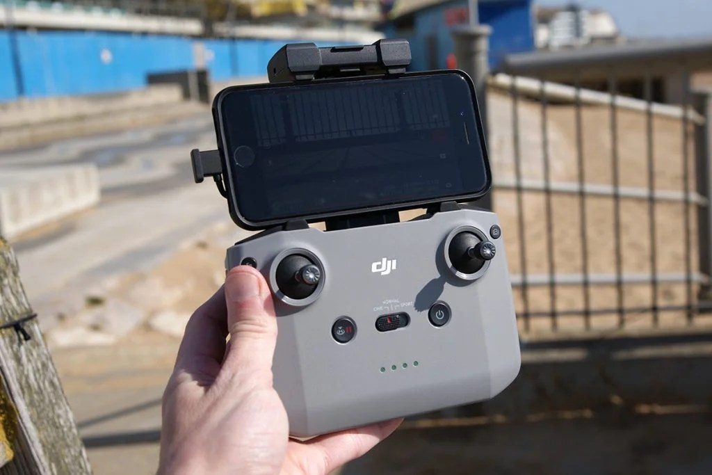 Контроллер DJi Air 2s в руке