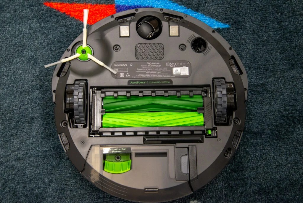 iRobot Roomba i7+ underneath