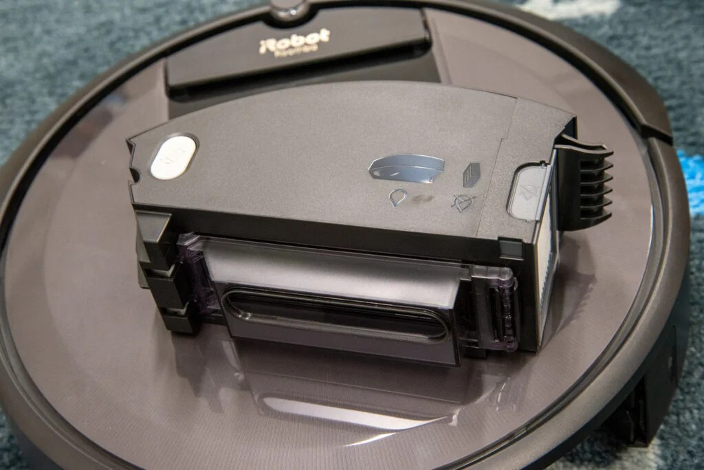 iRobot Roomba i7+ bin