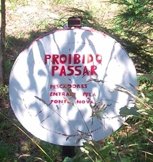 Sinal de proibido passar para pescadores