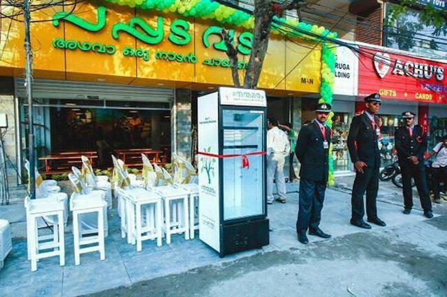 A restaurant placed a fridge on the streets to give homeless leftover food. (2)