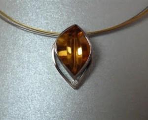 Witgouden hanger met fantasie geslepen citrien en briljant geslepen diamant