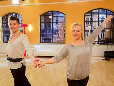 Unser Trainer Florian zusammen mit seiner Promi-Partnerin Verena Scheitz (ORF-Moderatorin) beim ersten Training. (Quelle: ORF)