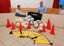 Neue Bälle und Trainingsutensilie für die Fußball Frauen