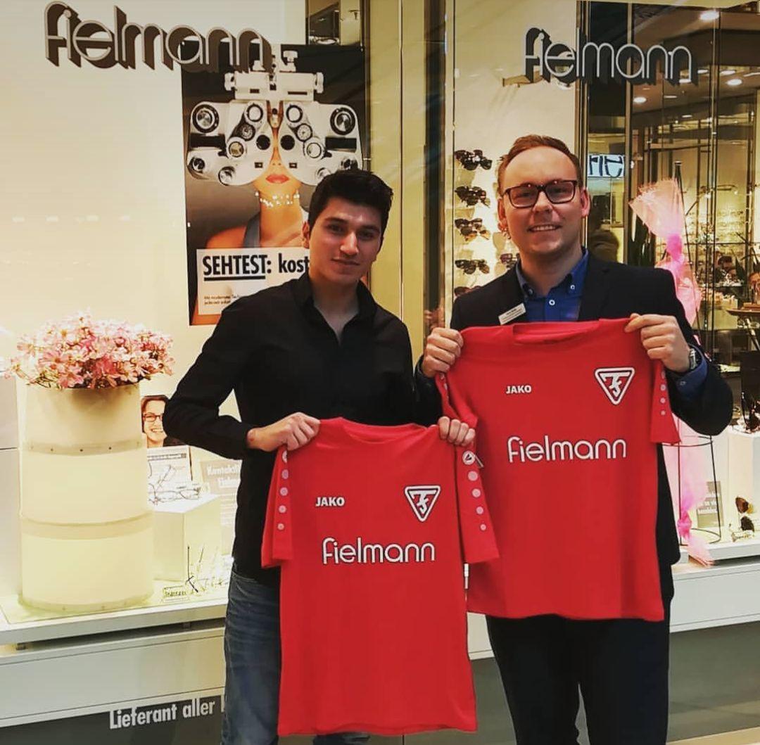 Fortunas E-Jugend dankt der Firma Fielmann für die Trikots!