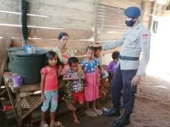 Brimob Maluku sambangi rumah keluarga tidak mampu Ibu Aisya dan lima anak di Kompleks BTN Kota Tual beri bantuan sembako