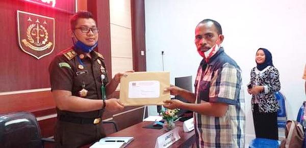 Kasi Intel Kejari Tual Iwan menerima laporan pengaduan kasus dugaan KKN Dana Desa Watngil Kecamatan Hoat Sorbay Kabupaten Maluku Tenggara