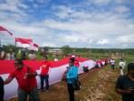 Pemuda Evav Bersatu bentangkan Merah Puitih sepanjang 300 meterr di Kebun Kesyang Pemkab Malra