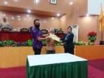 Penyerahan empat dokumen Ranperda Pilkades Kota Tual kepada Pimpinan DPRD