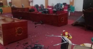 puluhan meja dan kursi DPRD Kota Tual rusak