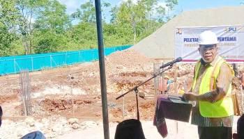 Walikota Tual, Adam Rahayaan, dalam amanatnya, saat peletakan batu pertama ( Ground Breaking ) Rumah Susun Masyarakat berpenghasilan rendah ( MBR ) dan penyerahan simbolis bantuan stimulun perumahan swadaya ( BSPS ) tahun 2021, Jumat ( 16/04/2021 )