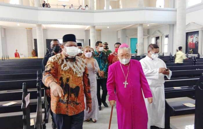Walikota-Tual-Adam-Rahayaan-mendampingi-Uskup-Amboina-saat-memasuki-Gereja-Katolik-Santo-Fransiskus-Xaverius-Kota-Tual