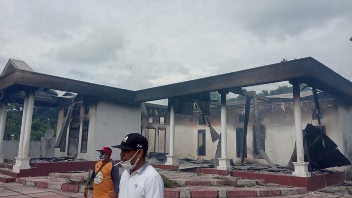 Rumah-warga-Tetoat-yang-hangus-terbakar.