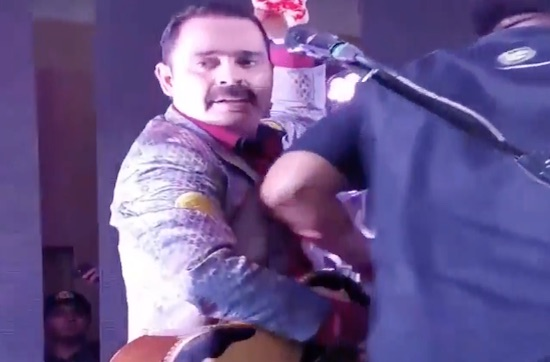 Mario Quintero, vocalista de Tucanes de Tijuana, recibe botellazo en pleno escenario.