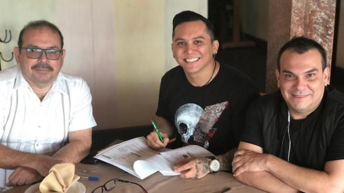 Edwin Luna y Remex Music renuevan su contrato.