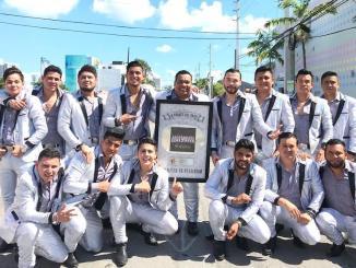 """Banda Los Sebastianes recibe el reconocimiento de platino 4X por """"A través del vaso"""""""