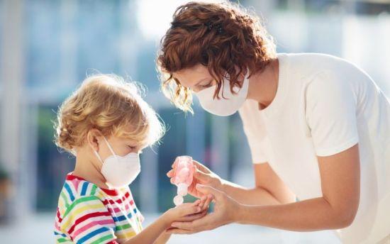 Madre e hijo usan gel hidroalcohólico