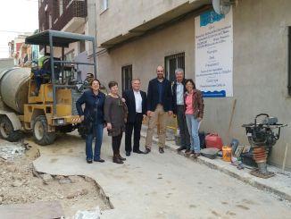 Pablo Seguí acompañado de los responsables municipales durante su visita a Chella.