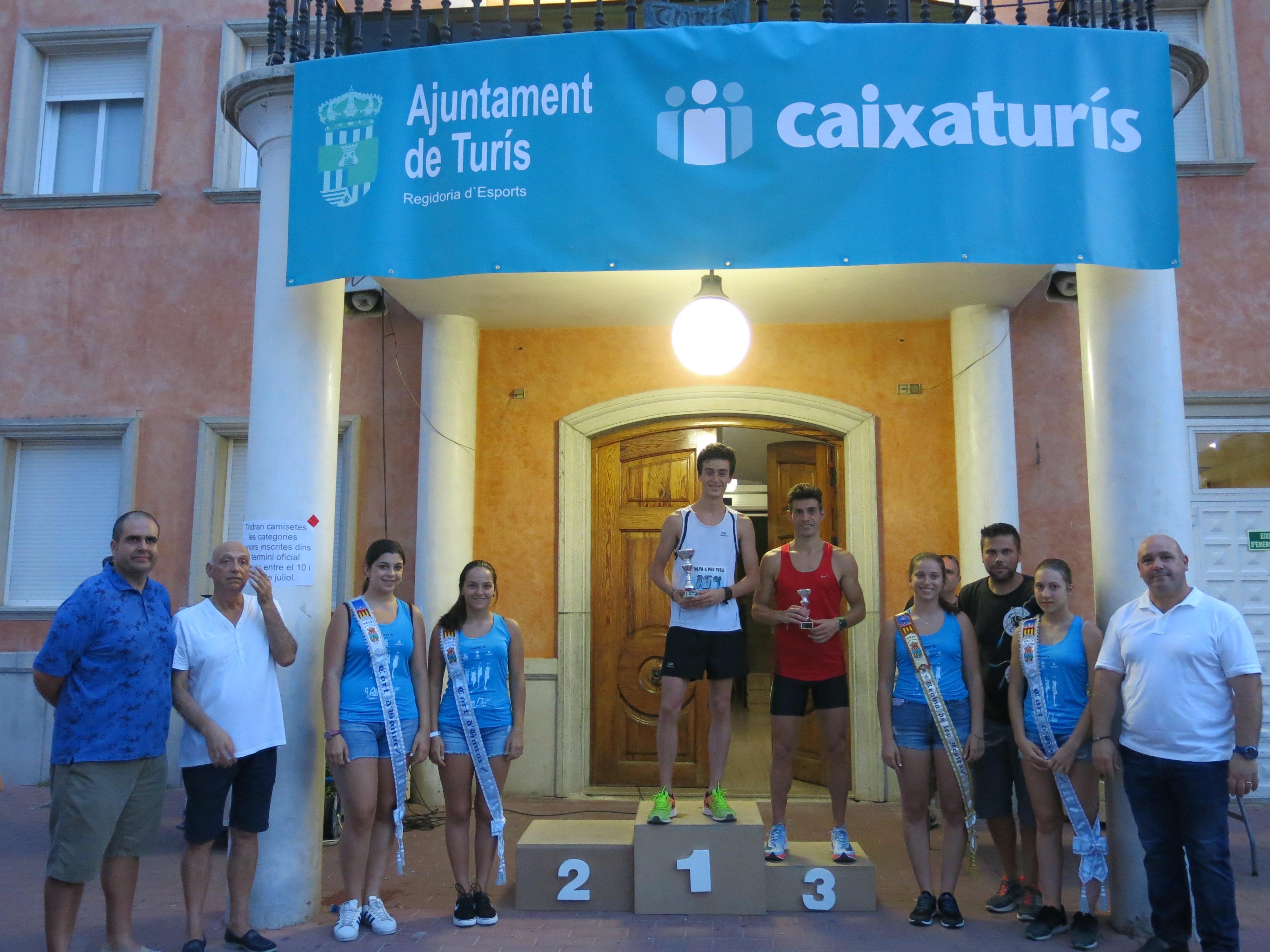 Podio de los vencedores locales de la carrera de Turís.
