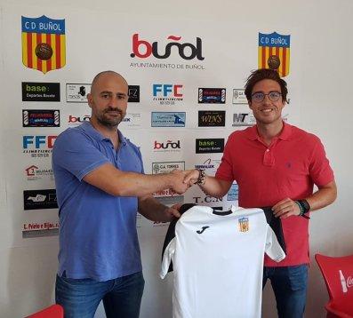 El presidente del CD Buñol con el nuevo fichaje.