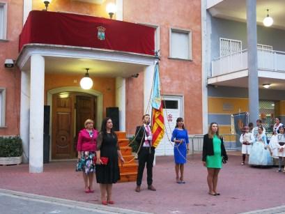 La procesión cívica para rendir homenaje a la Senyera se ha convertido en el acto central del 9 de Octubre en Turís.