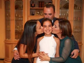 Sara, Fallera Mayor Infantil de Valencia junto a su familia.