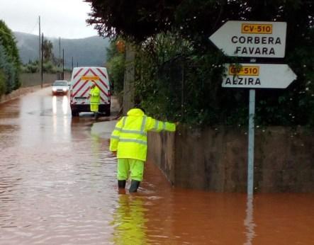 El temporal de lluvias ha afectado a las carreteas CV-50 y CV-505 en Alzira.