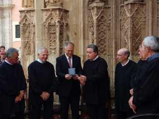 El acto ha tenido lugar en la puerta de los apóstoles tras la sesión pública de los síndicos.