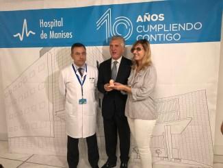 Ricardo Trujillo, gerente del Hospital de Manises, José Manuel Pichel Jallas, Delegado Territorial de la ONCE en la C.V y Rebeca Henche, mamá con visibilidad reducida embarazada de 18 semanas.