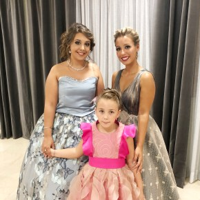 La Representante de la sociedad Mª José Ferrer Hernández y las Reinas del Mantón, Andrea Villar Solá, la niña Daniela Carrascosa Marzo.