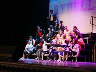 El Liceo de Cheste se llena en la clausura de la muestra de teatro con la entrega de premios y el musical Grease.