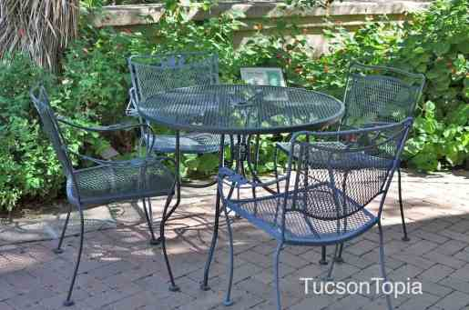 outdoor-seating-at-Cafe-Botanica