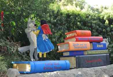 Little Red Riding Hood dancing with Big Bad Wolf LEGOLAND