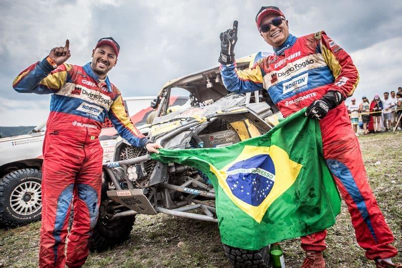 Reinaldo Varela (à direita) e Gustavo Gugelmin comemoram título dos UTVs no Rally Dakar a bordo do Can-Am Maverick X3 - Foto: José Mário Dias - photosdakar.com - BRP Brasil