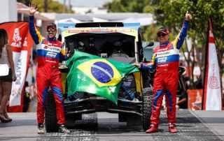 Reinaldo Varela (à direita) e Gustavo Gugelmim na largada do Rally Dakar 2018 com o UTV Can-Am Maverick X3 Foto: Marcelo Machado de Melo/ photosdakar/ BRP Brasil