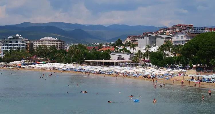 Der Sandstrand und die Hotels an der Küste.