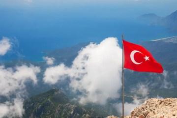 Blick über den Strand von Olympos, die Türkische Riviera und Kemer von der Spitze des Tahtali im westlichen Taurusgebirge.