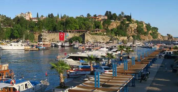 Aufnahme vom Ufer des Yachthafen von Antalyas auf die Schiffe und die dahinterliegende Altstadt.