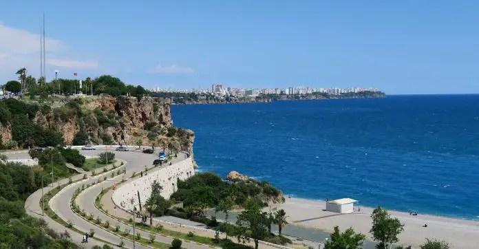 Eine mehrspurige Straße vom Konyaalti Strand in Antalya auf die Klippen von Antalya. Im Hintergrund ist das Meer zu sehen.