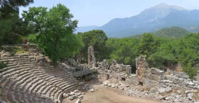 Panoramablick über die Ruinen von Phaselis, Wälder und den Berg Olympos
