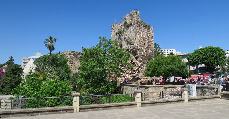 Die Ruinen eines alten Turms und der Stadtmauern.