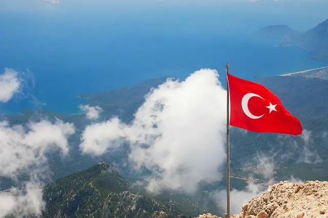 Gipfel des Tahtali Dagi mit wehender Türkischer Flagge