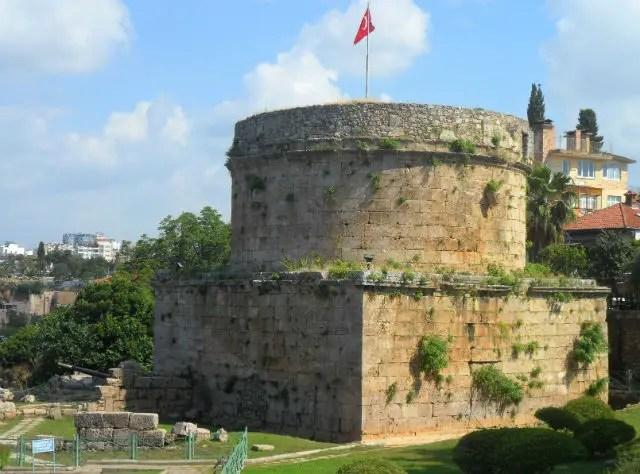 Großer, runder Turm am Hafen Antalyas