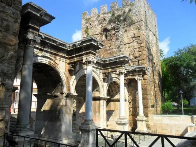 Hadrianstor und Turm